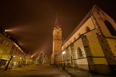 Marktplatz Radolfzell mit Münster und Weihnachtsbaum im Schnee