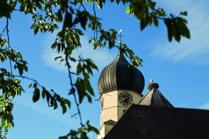 Böhringer Kirche mit Storchennest