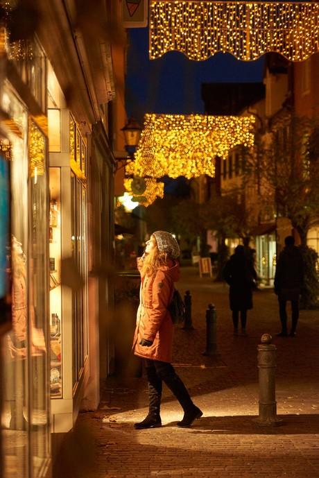 Seestraße in Radolfzell mit Weihnachtsbeleuchtung