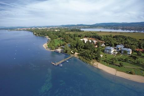 Luftbild Halbinsel Mettnau mit Medizinische Reha-Einrichtungen der Stadt Radolfzell, METTNAU