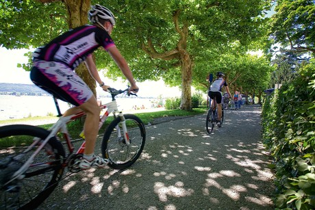 Radfahrer an der Promenade