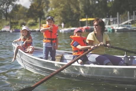 Familienausflug auf dem Boot