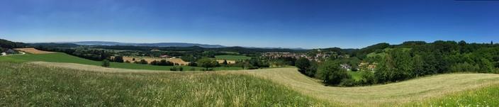Vom Vogelherd zwischen Liggeringen und Güttingen haben Spaziergänger und Wanderer fast einen 360 Grad-Rundumblick über die Region.