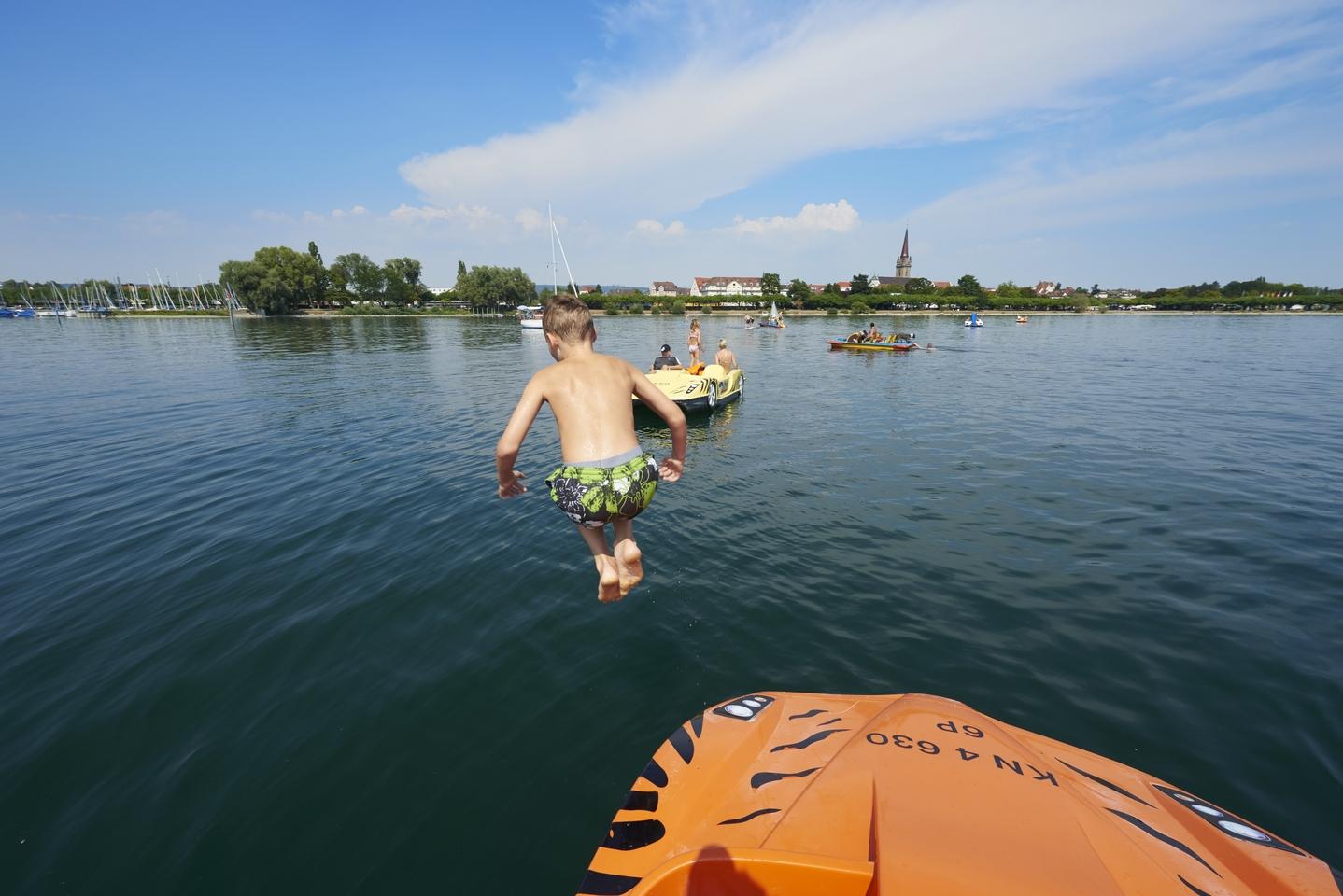 Kind beim Sprung ins Wasser vom Tretboot vor Radolfzell