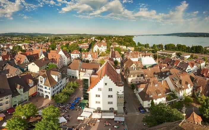 Blick vom Radolfzeller Münsterturm über die Stadt Richtung Halbinsel Mettnau