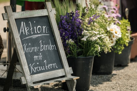 Workshop Kränze binden beim Radolfzeller Kräutermarkt