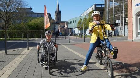 Annette Krause mit der Doppel-Paralympic-Goldmedaillengewinnerin im Monoskifahren Anna-Lena Forster