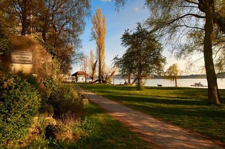 Mettnau-Park mit Urkundenhäusle