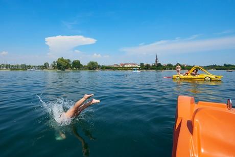 Tretboote vor Radolfzell am Bodensee