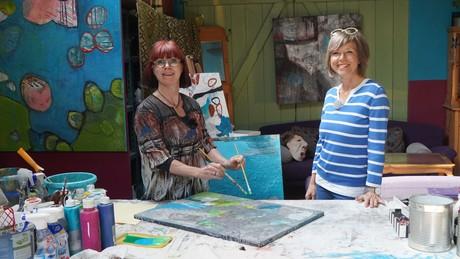 Annette Krause im Atelier der Böhringer Künstlerin Victoria Graf